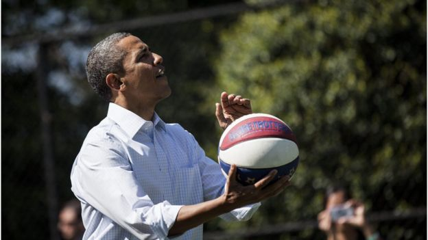 Obama jugando al baloncesto.