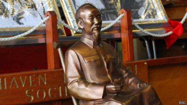 Hội đồng thị trấn Newhaven của Anh nhận bức tượng Hồ Chí Minh năm 2013