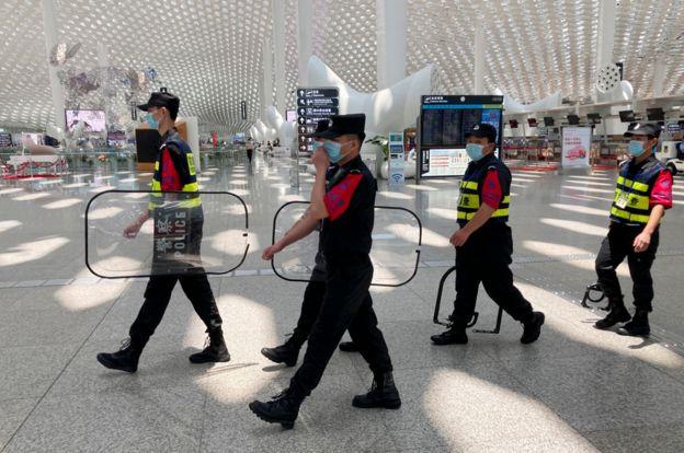 Agentes de seguridad en un aeropuerto en China