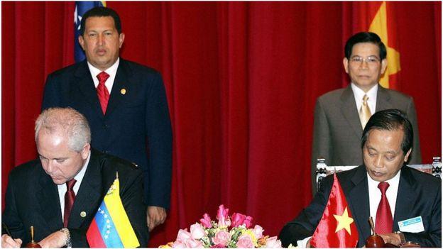 Tổng thống Hugo Chavez và Chủ tịch nước Nguyễn Minh Triết chứng kiến lễ ký thỏa thuận hợp tác dầu khí ở Hà Nội hồi năm 2006