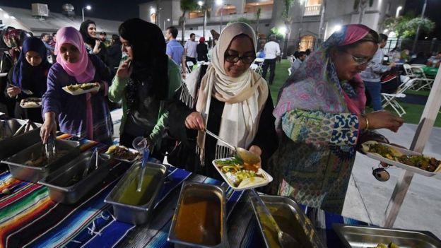 Warga Muslim berbuka puasa dengan makanan Meksiko halal di Islamic Center Santa Ana, California.