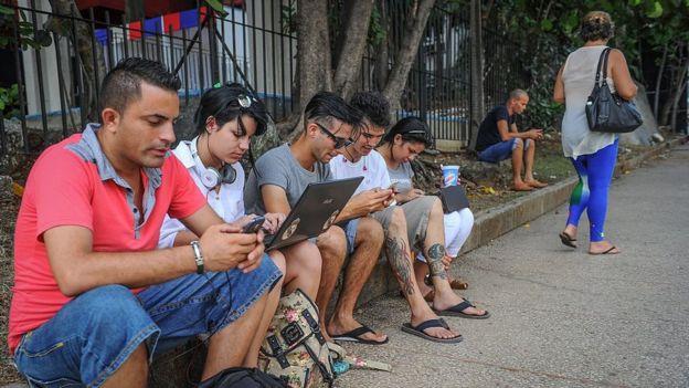 Usuarios de internet en una calle de La Habana.