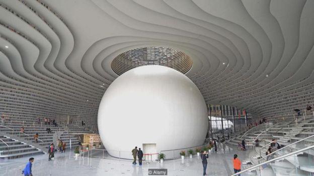 تالار در مرکز پنج طبقه که میپیچد و بالا میرود