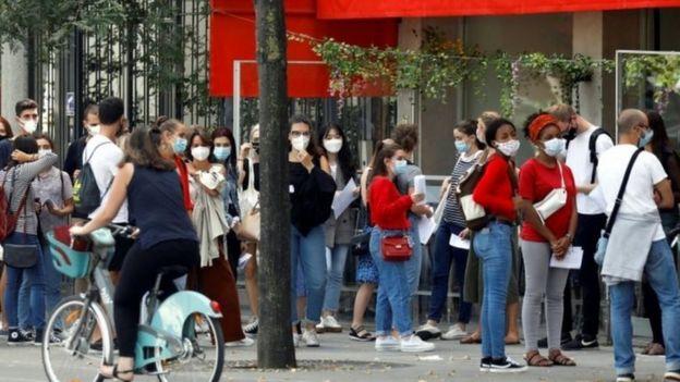 巴黎规定在公共场所必须要带口罩。