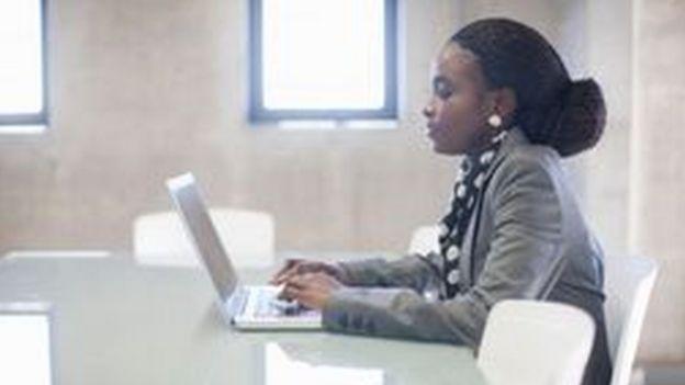 Mulher negra trabalhando no computador