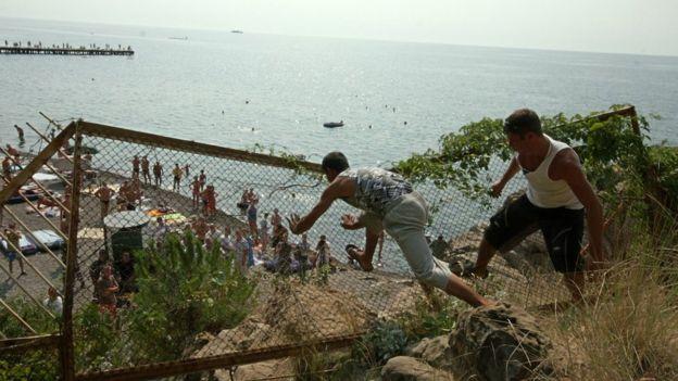 Жители Малореченского ломают забор вокруг пляжа