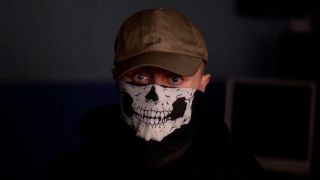 Repórter da BBC que se infiltrou em grupo neonazista para revelar como o grupo opera no País de Gales