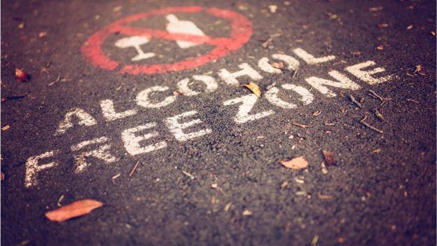 Pintura no asfalto que diz