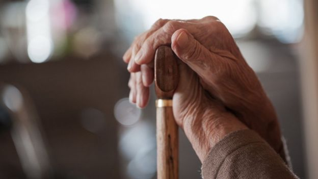 Mão de senhora idosa