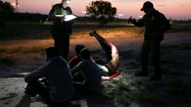 Agentes de Estados Unidos en la frontera deteniendo a inmigrantes en la frontera.