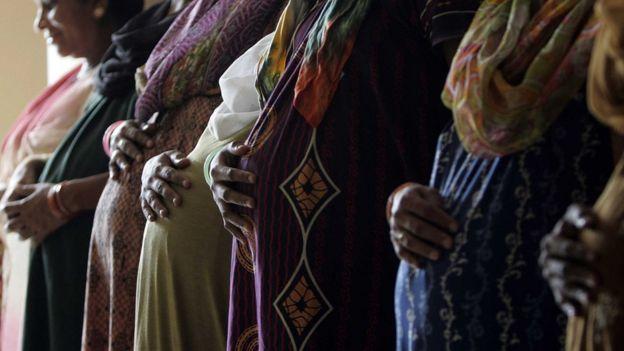 Sebelum pencangkokan satu-satunya kemungkinan bagi penderita masalah rahim untuk mendapatkan bayi adalah lewat surogasi.