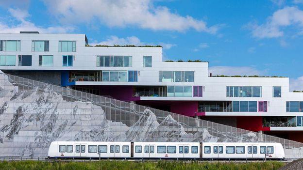 Tren y edificio moderno en Dinamarca