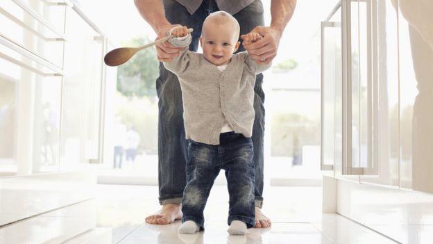 Cuando te equivoques, piensa en todas las veces que un bebé se cae al piso hasta que aprende a caminar. Foto: Getty Images