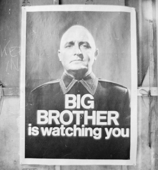 "Un poster que dice ""Gran Hermano te observa"""