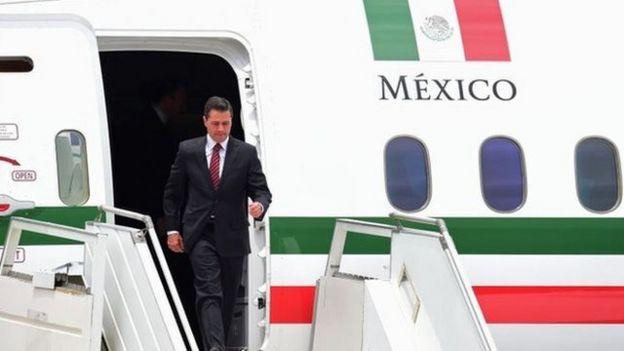 Enrique Peña Nieto bajándose del avión.