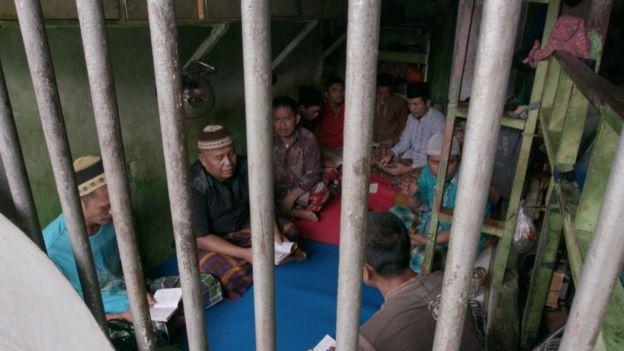 Berkumpul dan berdoa bersama jadi salah satu kegiatan dalam kamar