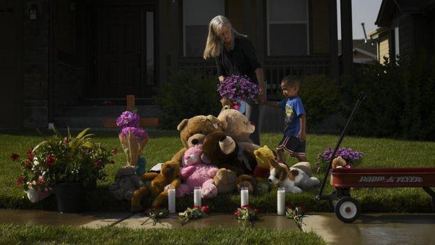 Flores y osos de peluche frente a la casa de Shannan Watts en Frederick, Colorado.