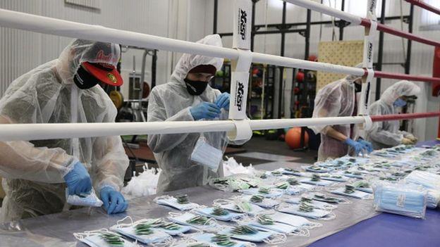 Волонтеры в Москве пакуют комплекты с масками и дезинфекторами