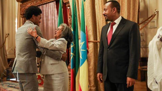 Feyisa Lelisa, au moment de recevoir son prix, dans le bureau du Premier ministre Abiy Ahmed (droite).
