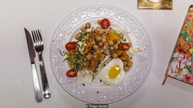 نهاری که در محل کار آماده میکنید - نهاری مملو از سبزیجات: کدوحلوایی،نخود، سالاد مخلوط، مغز تخمه آفتابگردان، گوجهفرنگی و تخممرغ که در مایکرو ویو پخته شده است