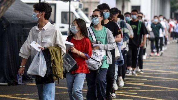 Filas de estudiantes para acceder al examen en Pekín.