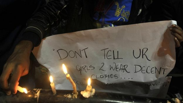 """""""لا تقل للفتيات إن عليهن ارتداء ثياب محتشمة بل قل للصبية أن يتصرفوا بتهذيب"""" عبارة مكتوبة على لافتة"""