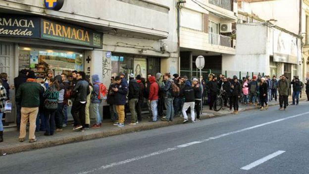 Fila frente a una farmacia en Montevideo para comprar marihuana legal.