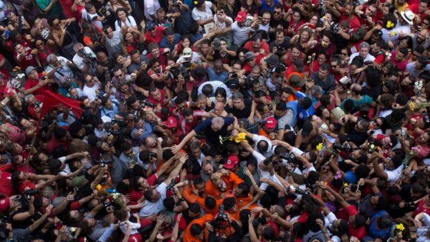 Lula em meio à multidão em SBC