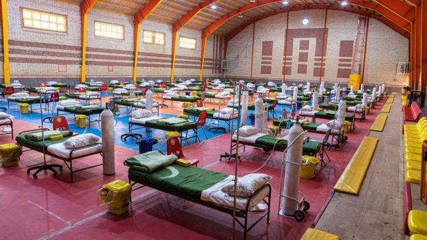 تبدیل یک سالن ورزشی به مرکزی برای مراقبت از افراد مبتلا به کوید ۱۹ در تهران