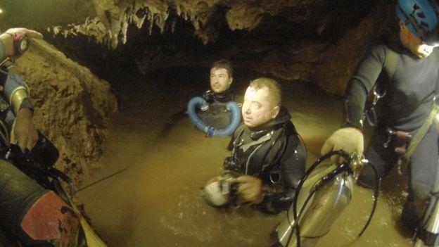 Дайвери спускаються в печеру