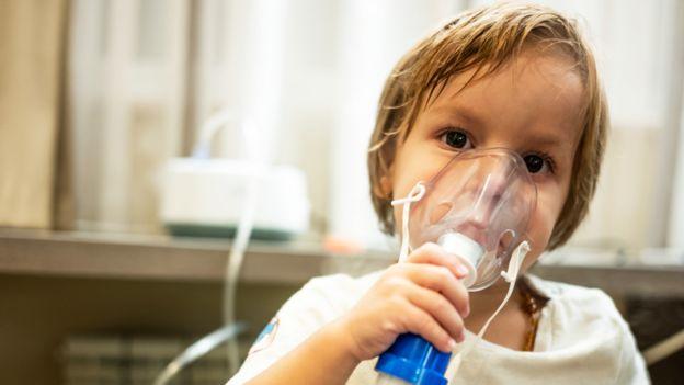 Niño con un nebulizador