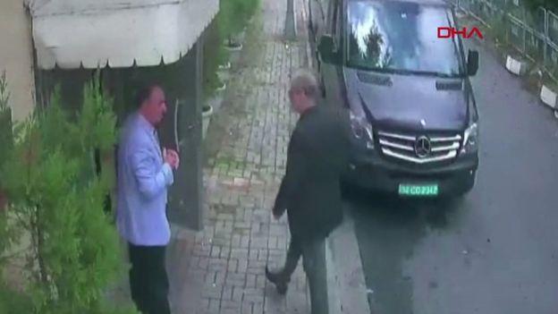 Khashoggi entrando al consulado saudí este 2 de octubre.