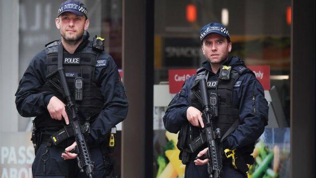 Policías armados en el área del Borough Market
