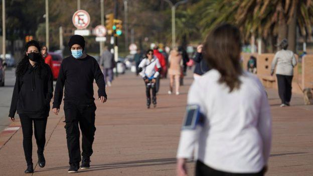 Gente caminando en la Rambla de Montevideo.
