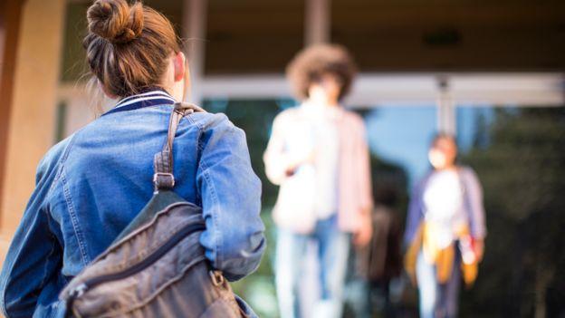 Adolescente entrando a un centro de estudios