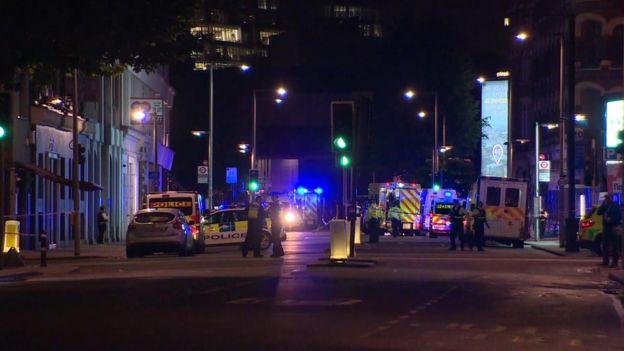 Policía y ambulancias en el Puente de Londres.