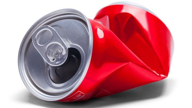 Lata de bebida gaseosa doblada