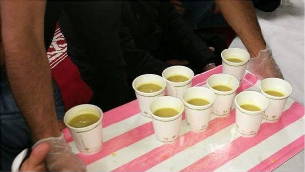 أكواب قابلة للتحلل لتوزيع العصير على الصائمين في مسجد دار الإسراء في كارديف
