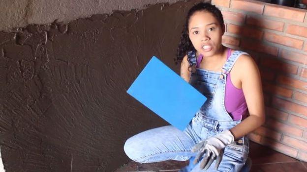 Paloma muestra cómo enyesar una pared.