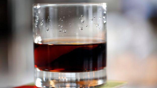 стакан с алкогольным напитком