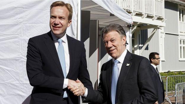 El entonces ministro de Relaciones Exteriores de Noruega, Boerge Brende (izq.), con el entonces presidente de Colombia, Juan Manuel Santos, en el Foro de Olso en 2015