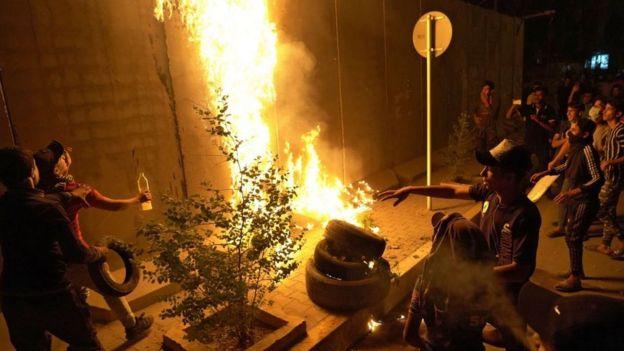 3 Kasım'da Kerbela'daki protestolarda İran Konsolosluğu'nu koruyan duvarlar ateşe verildi