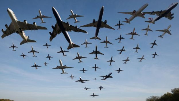 Montaje de los 42 aviones que despejaron del aeropuerto de Heathrow, en Londres, en el espacio de una hora, el 2 de noviembre de 2016.