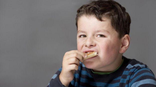 Menino come pão