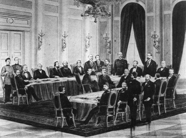Ilustración de Otto von Bismarck repartiendo África con otros hombres.