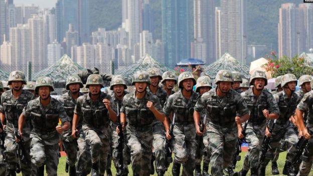 中国驻港部队2019年6月30日在香港昂船洲海军基地举行军事表演。