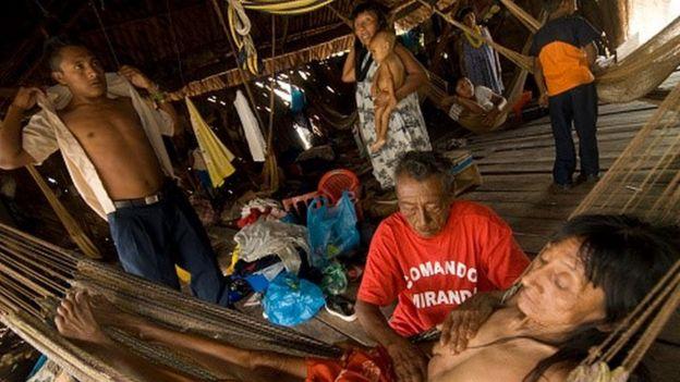 Una indígena warao recibe tratamiento de un chamán en la Delta del Orinoco, Venezuela.
