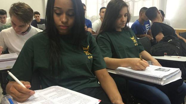 Letícia Martins (à esq.) e Daniela Petrosino (à dir) em sala de aula no curso preparatório