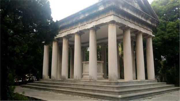 傅斯年于1949年1月接任台湾大学校长,两年后去世,骨灰封存在校门口边上傅园的墓亭中。