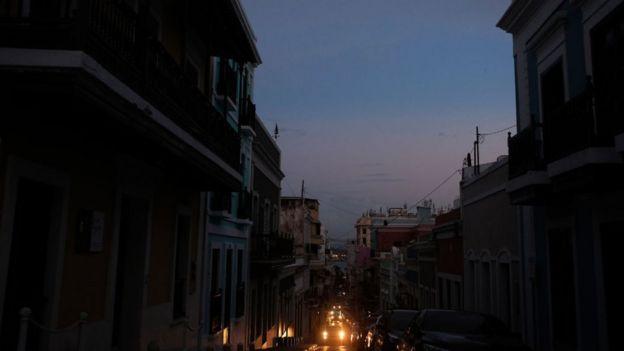 Una calle de San Juan a oscuras
